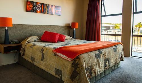 Coleraine Suites & Apartments, Grey