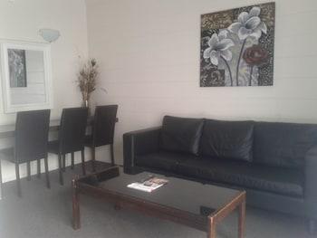 Admirals Motor Inn - Living Room  - #0