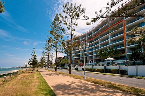 . Silvershore Apartments on the Broadwater