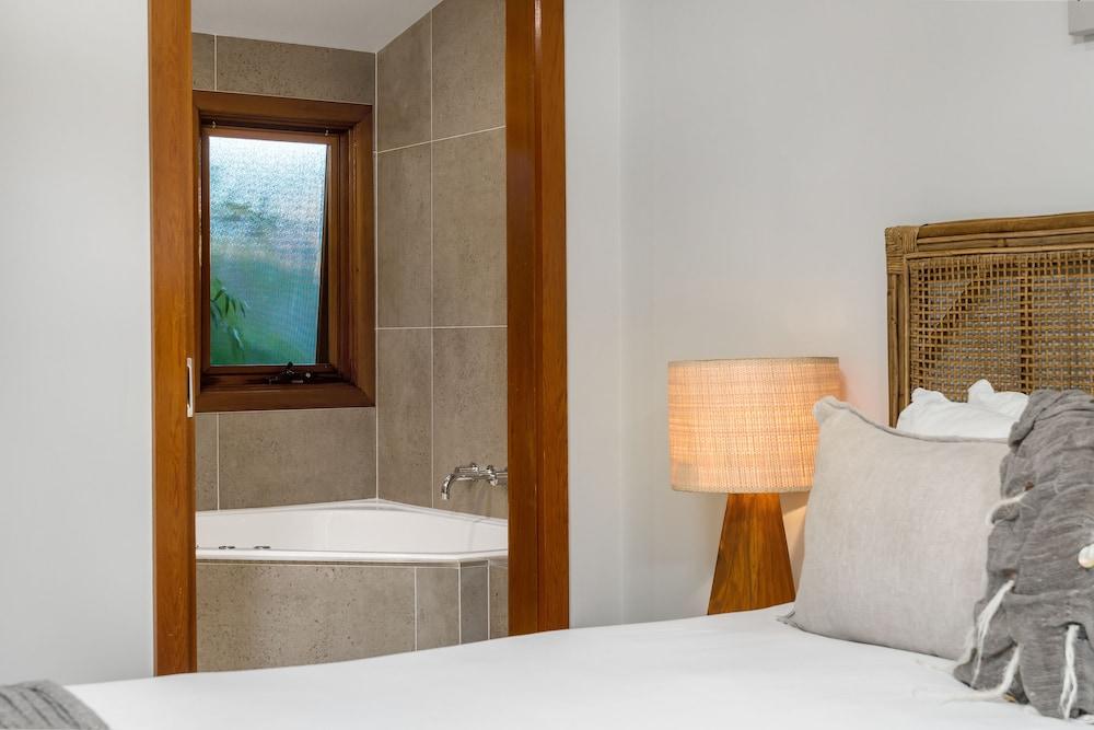 https://i.travelapi.com/hotels/10000000/9630000/9629300/9629281/3db90691_z.jpg