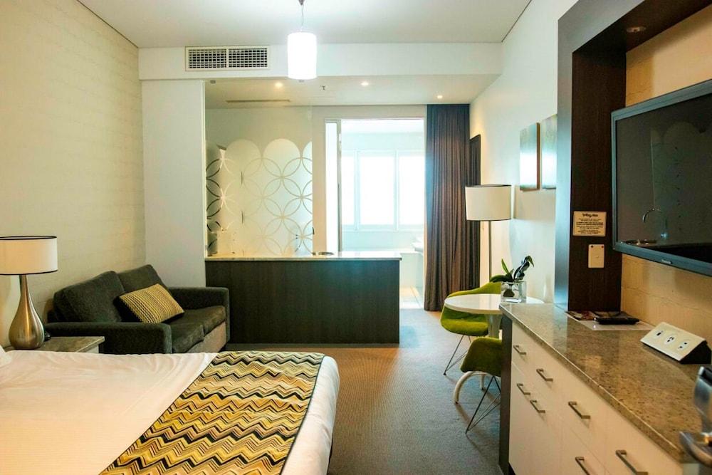 https://i.travelapi.com/hotels/10000000/9630000/9629500/9629414/97853384_z.jpg