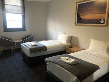 Standard Twin Room, 2 Twin Beds, Shared Bathroom