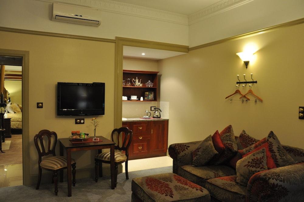 https://i.travelapi.com/hotels/10000000/9630000/9629800/9629770/c14243ad_z.jpg
