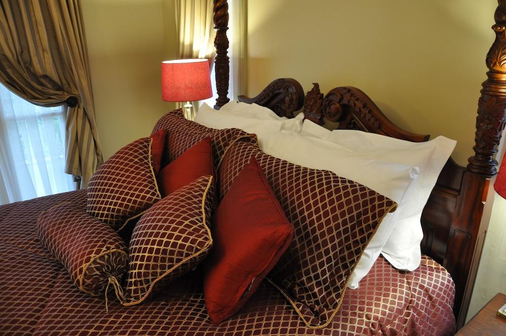 https://i.travelapi.com/hotels/10000000/9630000/9629800/9629770/c4a11c3d_z.jpg