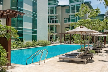 Aruga By Rockwell Makati Pool