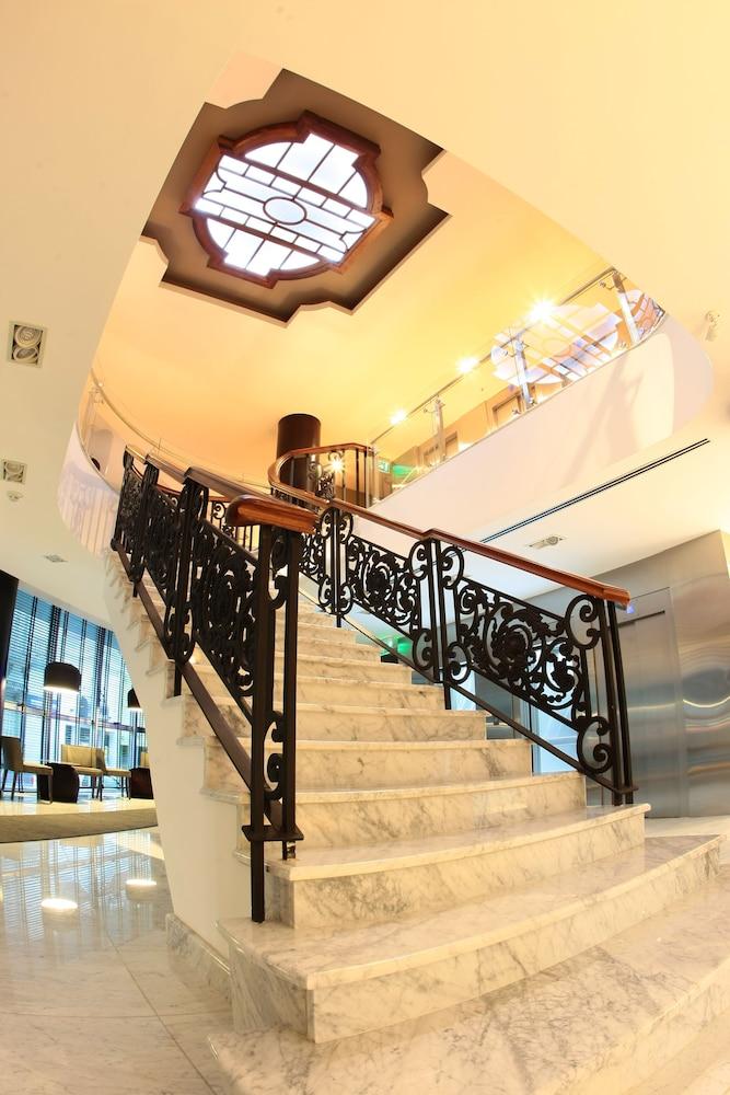 https://i.travelapi.com/hotels/10000000/9680000/9677500/9677452/26e87615_z.jpg