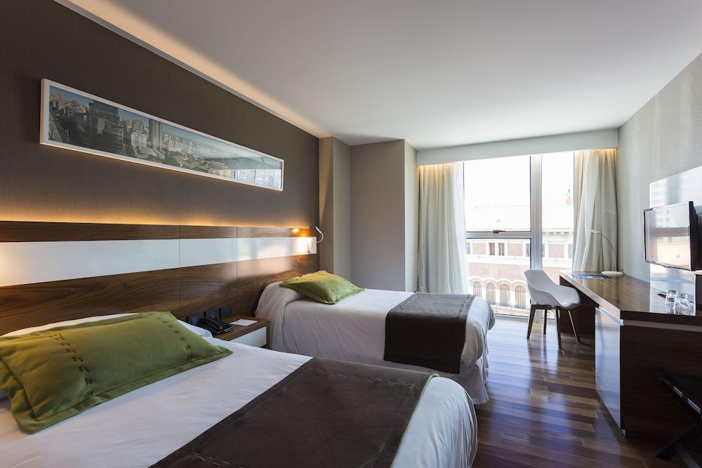https://i.travelapi.com/hotels/10000000/9680000/9677500/9677452/279206ad_z.jpg