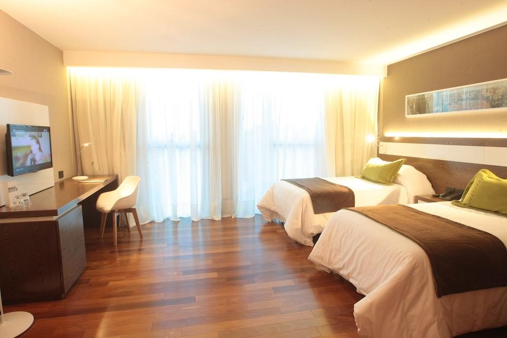 https://i.travelapi.com/hotels/10000000/9680000/9677500/9677452/2f43820c_z.jpg