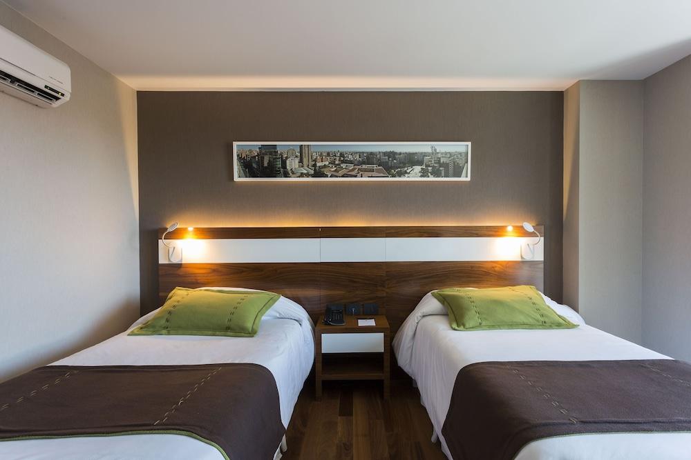 https://i.travelapi.com/hotels/10000000/9680000/9677500/9677452/35c3fc4a_z.jpg
