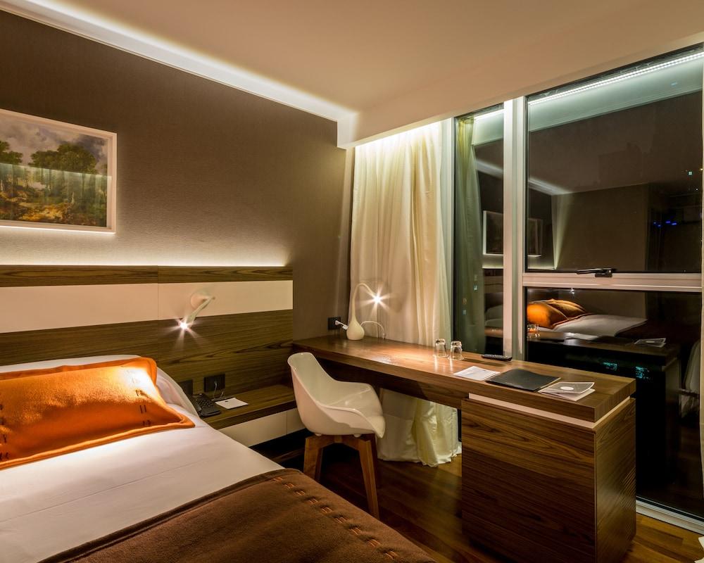 https://i.travelapi.com/hotels/10000000/9680000/9677500/9677452/7cff3744_z.jpg