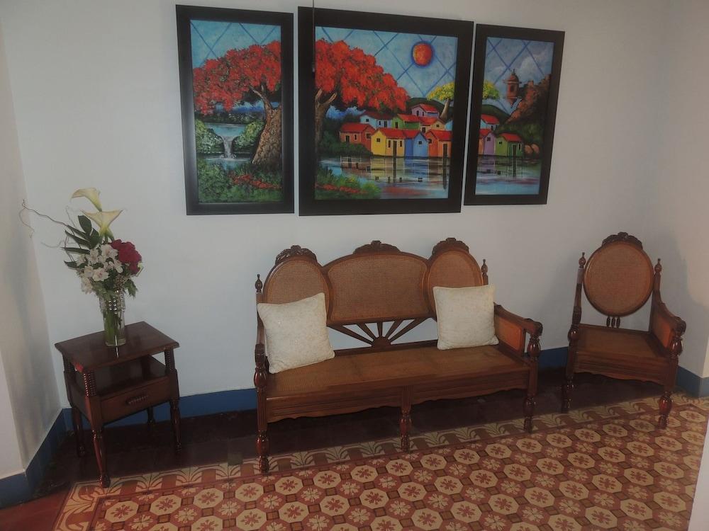 https://i.travelapi.com/hotels/10000000/9740000/9735700/9735630/7c0ac2f5_z.jpg