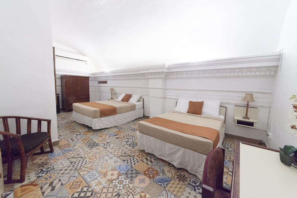 https://i.travelapi.com/hotels/10000000/9740000/9735700/9735630/8715b560_z.jpg