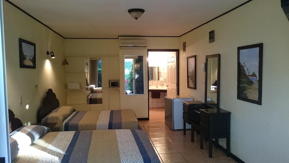 https://i.travelapi.com/hotels/10000000/9790000/9786500/9786464/1f27169e_z.jpg