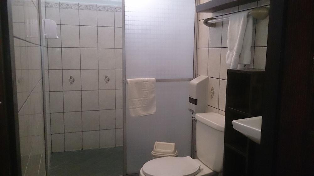 https://i.travelapi.com/hotels/10000000/9790000/9786500/9786464/229b5e3b_z.jpg