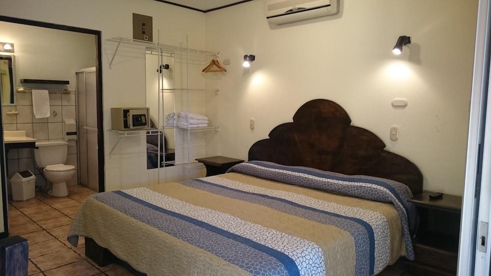 https://i.travelapi.com/hotels/10000000/9790000/9786500/9786464/9dcc0b4c_z.jpg