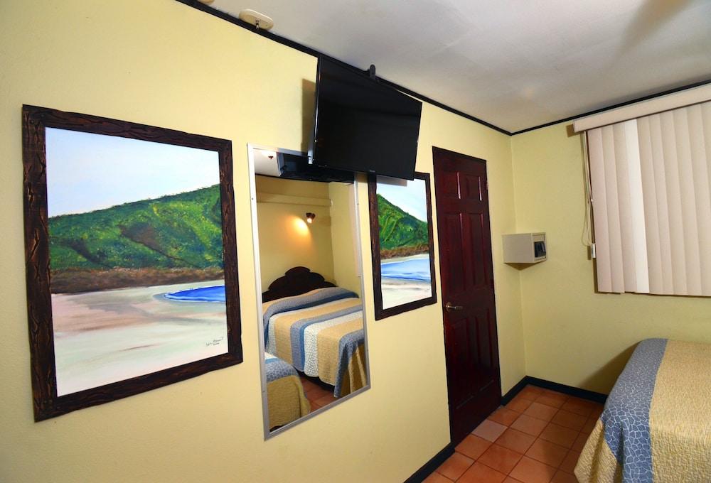 https://i.travelapi.com/hotels/10000000/9790000/9786500/9786464/aa22d11f_z.jpg