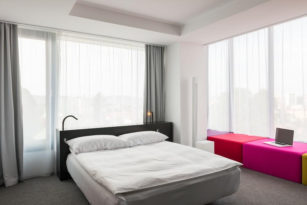 https://i.travelapi.com/hotels/10000000/9820000/9815300/9815218/f6c5e1c2_z.jpg