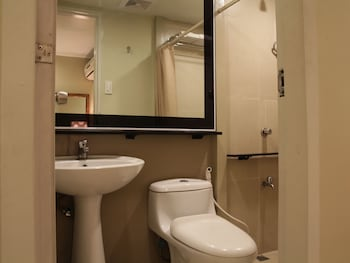 Hotel 878 Libis Bathroom