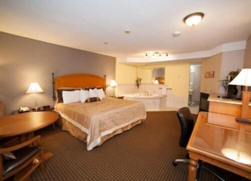 . OYO First Canada Hotel Cornwall Hwy 401 ON