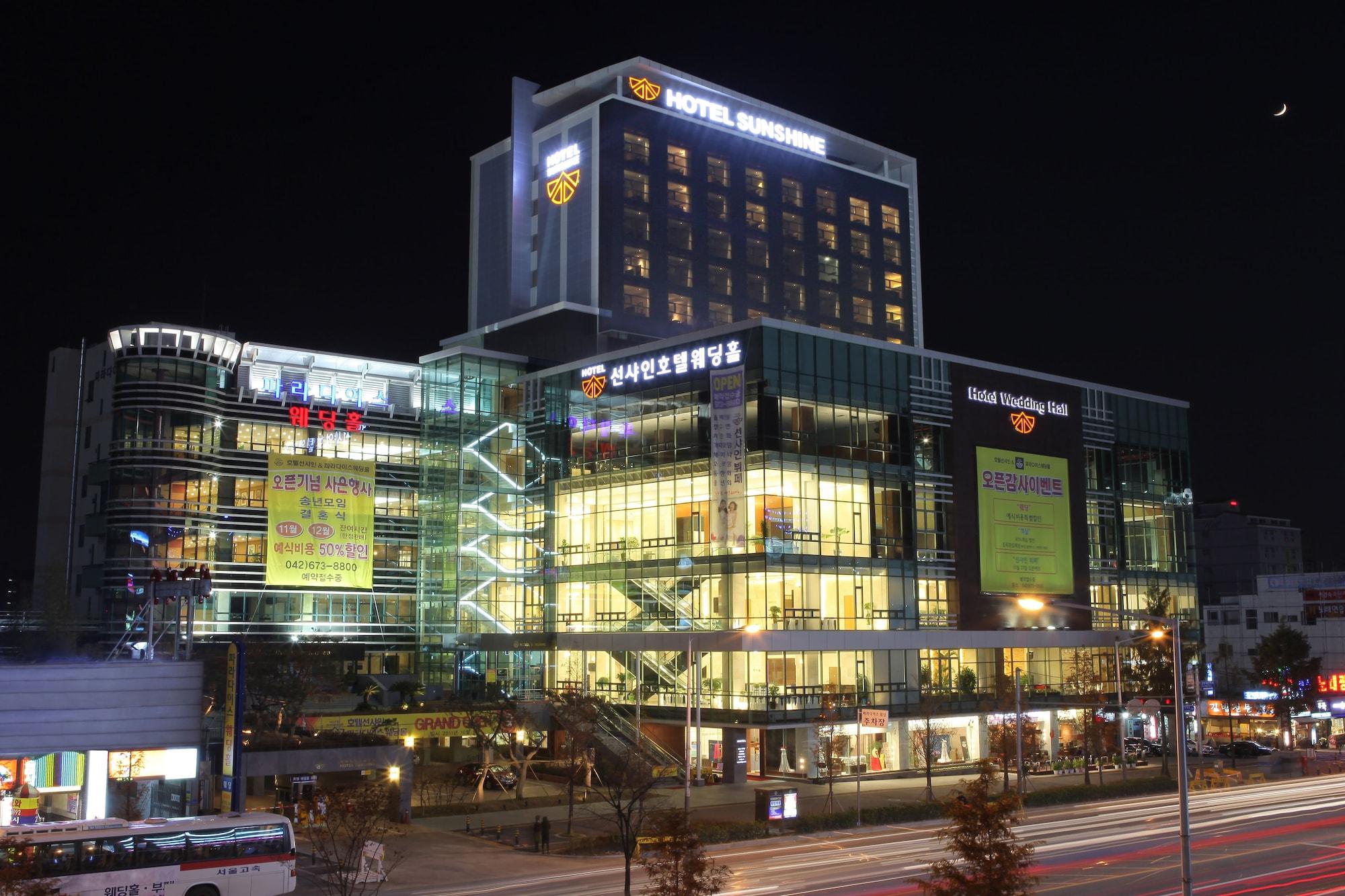 Sunshine Hotel, Dong