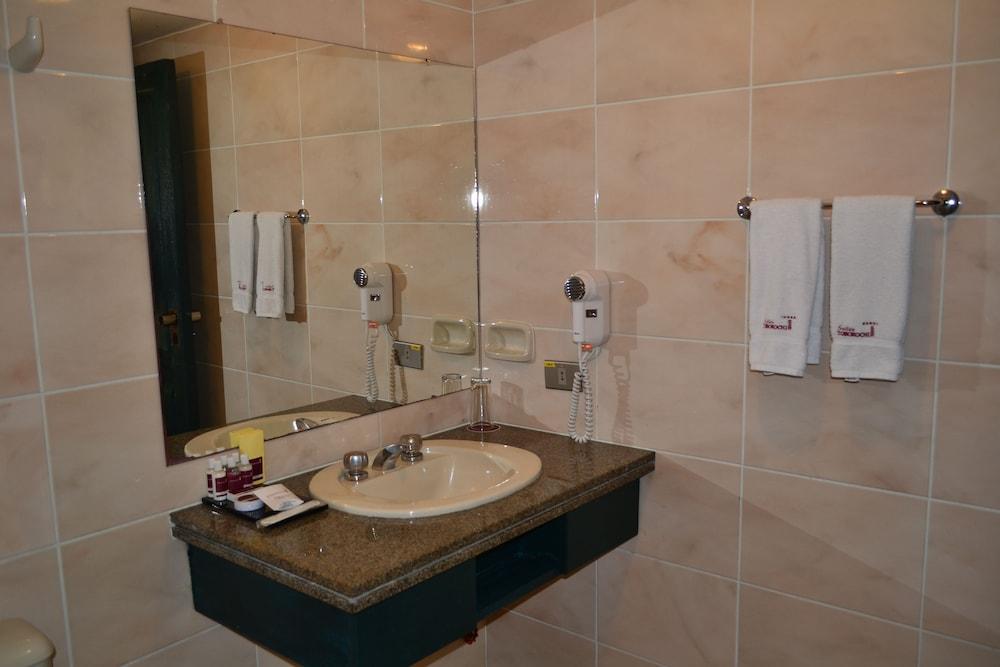 https://i.travelapi.com/hotels/11000000/10040000/10032000/10031984/f24cf473_z.jpg