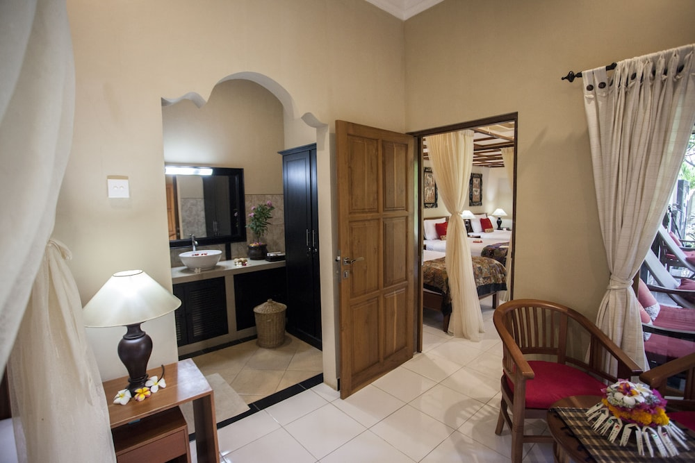 https://i.travelapi.com/hotels/11000000/10040000/10034900/10034855/fd4304b6_z.jpg