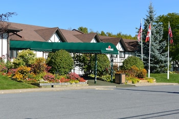Hotel - McIntosh Country Inn & Conference Centre in Canada
