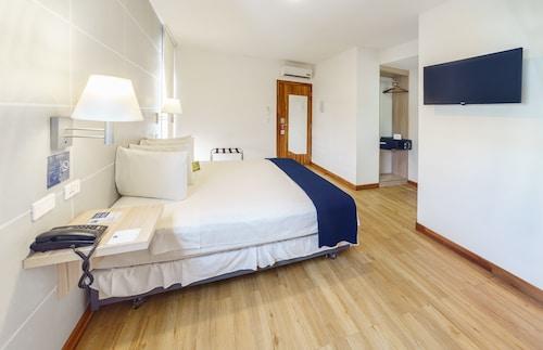 Hotel LP Equipetrol, Andrés Ibáñez