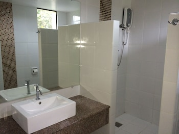 Domicilio Lorenzo Apartelle Davao Bathroom Shower