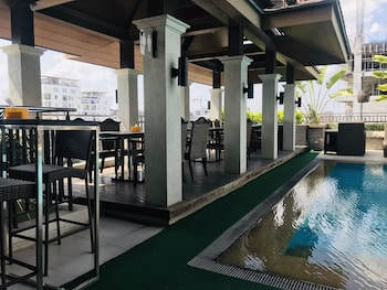 Prime Asia Hotel Angeles Poolside Bar
