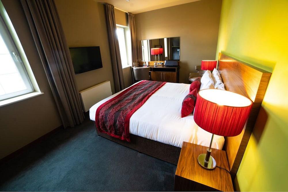 https://i.travelapi.com/hotels/11000000/10420000/10411800/10411747/52123096_z.jpg