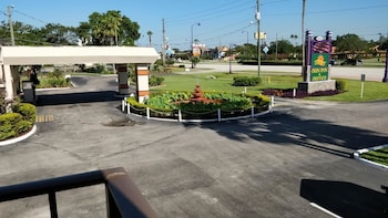 Hotel Front at Sun Inn & Suites in Kissimmee