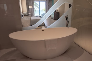 The Lind Boracay Deep Soaking Bathtub