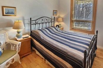 Room, 1 Queen Bed, Private Bathroom (Hayden)