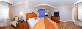 Signature Room, 1 King Bed, Refrigerator & Microwave