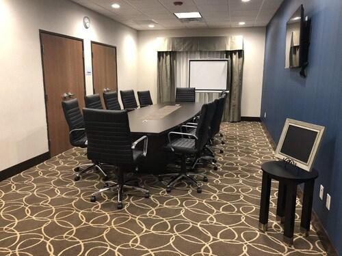 Holiday Inn Express & Suites Bakersfield Airport, Kern