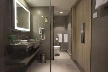 Novotel Hotel Araneta Center Bathroom
