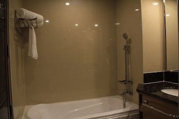 Savannah Resort Hotel Pampanga Deep Soaking Bathtub