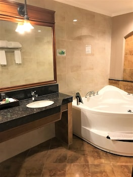 Savannah Resort Hotel Pampanga Jetted Tub