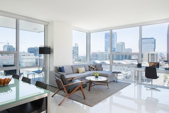 Executive Suite, 1 King Bed, City View, Corner