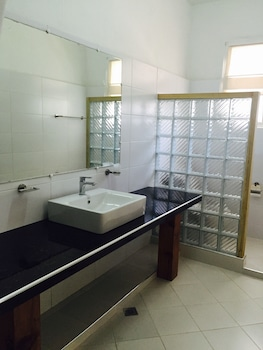 La Casa Bianca Baguio Bathroom