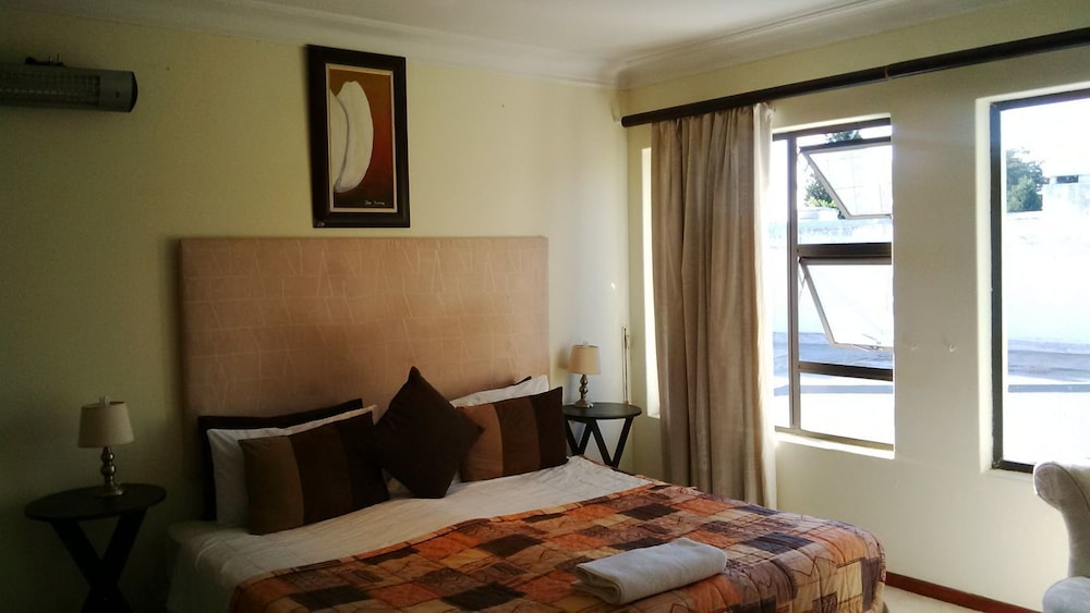 https://i.travelapi.com/hotels/11000000/11000000/10999700/10999671/f8a959cd_z.jpg