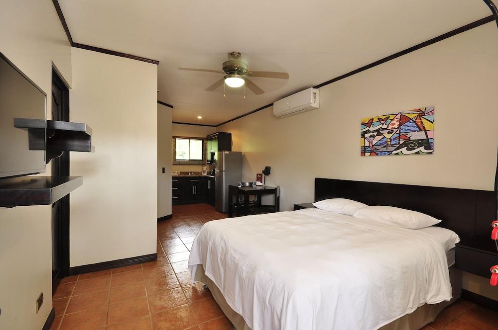 https://i.travelapi.com/hotels/12000000/11030000/11027500/11027402/0d94c881_z.jpg