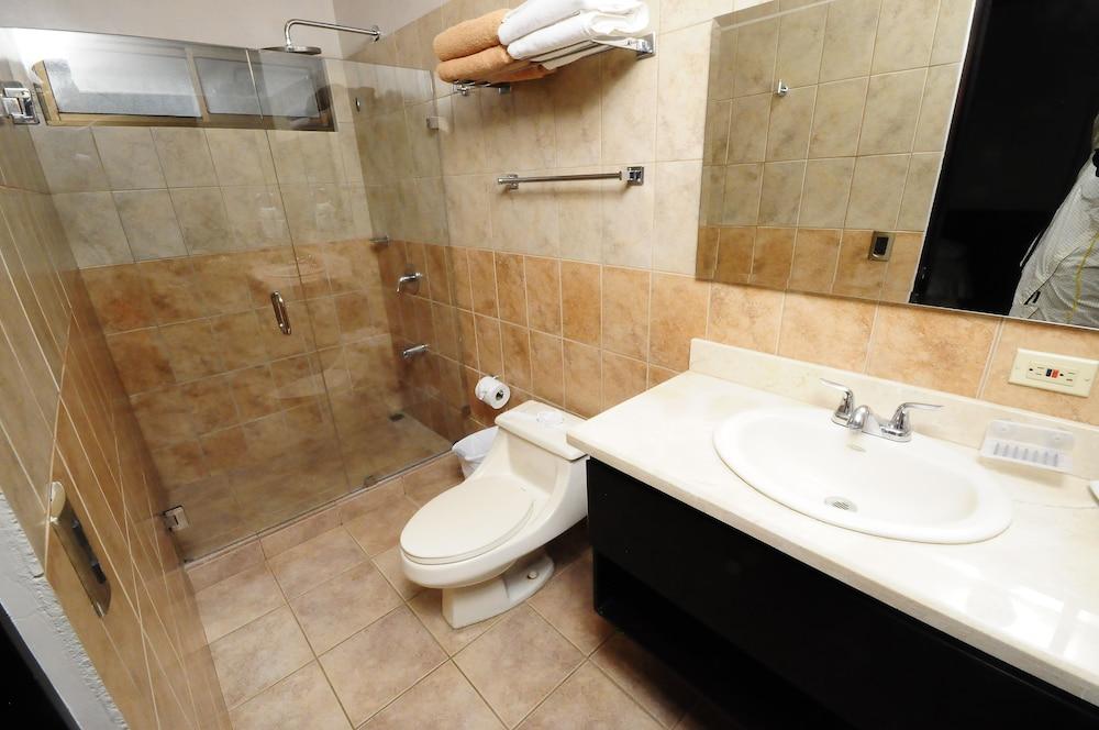 https://i.travelapi.com/hotels/12000000/11030000/11027500/11027402/94ca6870_z.jpg