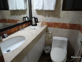 Ralph Anthony Suites Manila Bathroom