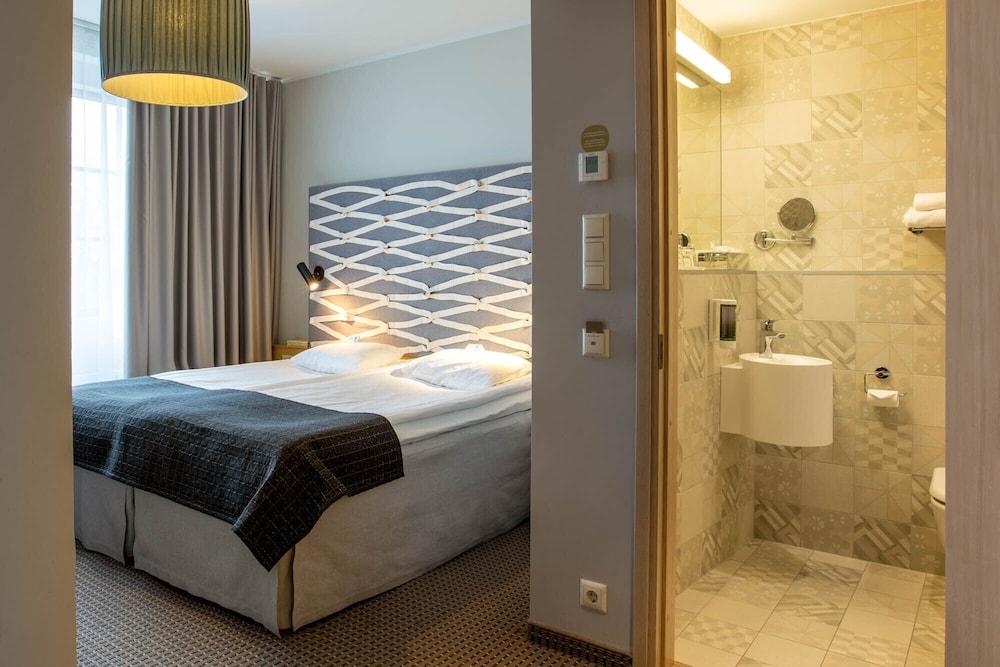 https://i.travelapi.com/hotels/12000000/11120000/11118200/11118187/7ce7c259_z.jpg