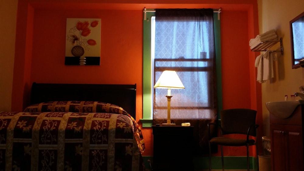 Deluxe Room, 1 Queen Bed, Shared Bathroom