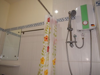 Squares Cafe and Apartments Puerto Galera Bathroom Shower