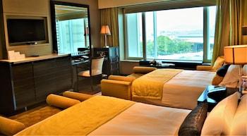 Luxury Room, 2 Twin Beds (Runway View)