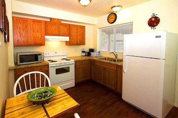 Maple Leaf Furnished Manor Apartments